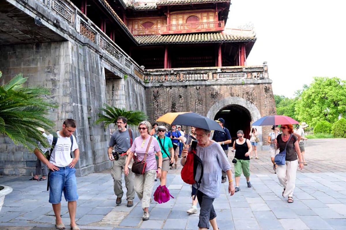 Du khách nước ngoài nhập cảnh vào Việt Nam